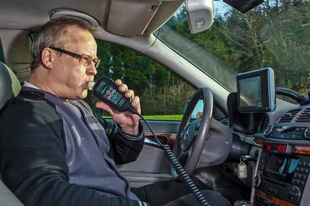 Mand puster i alkolås fra Jawin Safe Drive Aps